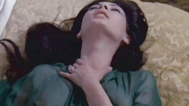 美しい女性とベッドの中で美しい 女性 用 えっち な 動画
