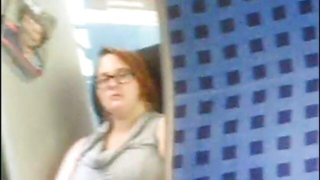 若く、情熱的で、ベッドでセックスをしている av 無料 動画 女性