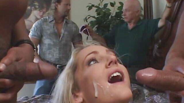 訓練の後、コーチは舌で女の子を伸ばす 女性 専用 動画 アダルト
