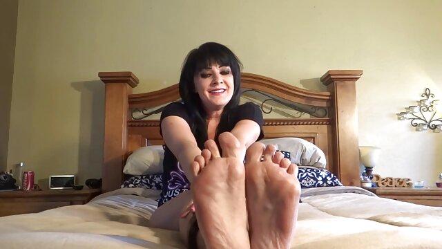 面白い若い女性は柔らかいベッドの上で陰茎の所有者を与えられます 女性 の ため の アダルト 無料 動画